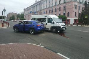 В Брянске возле ЦУМа столкнулись маршрутка №46 и легковушка