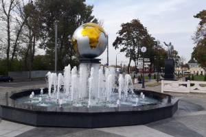 В Брянске у железнодорожного вокзала запустили новый фонтан