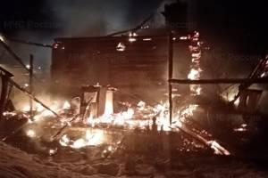 В Лопандино более 4 часов тушили горящий дом: есть пострадавший