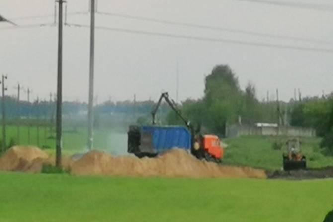 В Брянске водитель грейфера устроил свалку на поле с черноземом