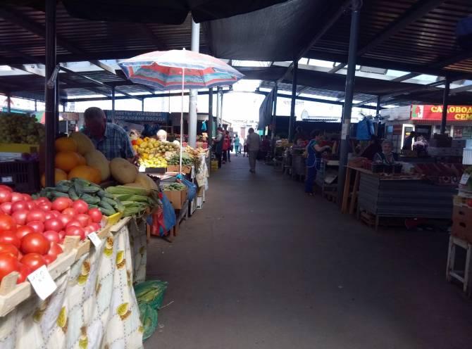 В Брянске продавцы мини-рынка жалуются на отсутствие покупателей