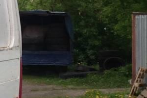 В Брянске водитель загадил покрышками газон на Калинина