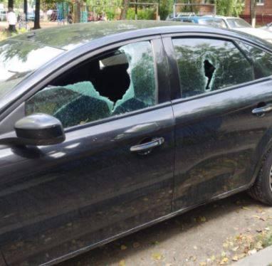 Пьяный брянец молотком разбил машину бывшей жены и тестя