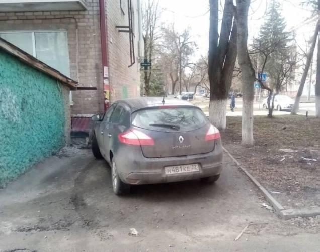 В Брянске автохам перекрыл проход к многоэтажке