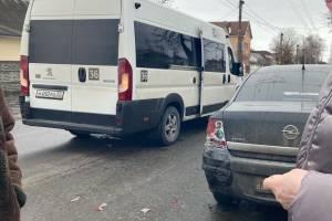 В Брянске на улице Бежицкой маршрутка столкнулась с легковушкой
