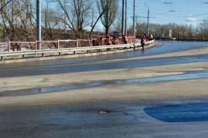 В Брянске лишь к весне освободили путепровод от снега