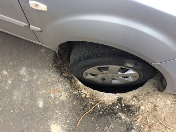 В Брянске три автомобиля провалились в открытый люк