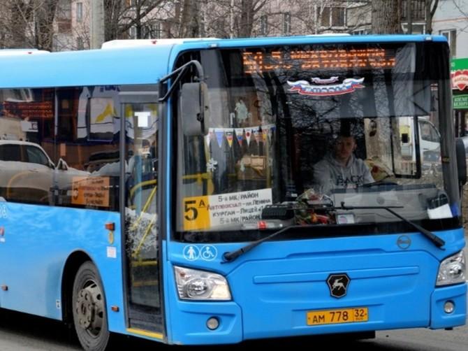 В Брянске женщина сломала ребро в автобусе №5