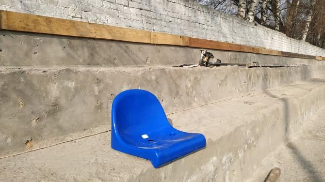 В поселке Локоть приступили к установке пластиковых кресел на трибунах стадиона