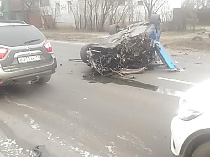 В Брянске водитель BMW протаранил дом и перевернулся