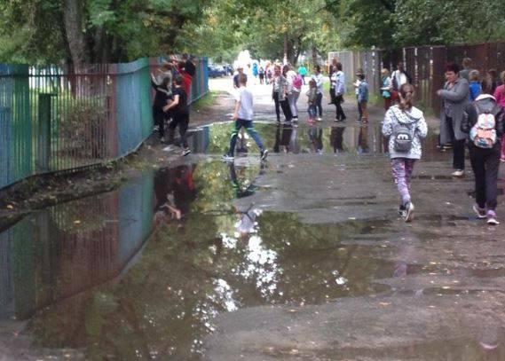Брянские чиновники несколько лет не могут отремонтировать дорогу у школы №55