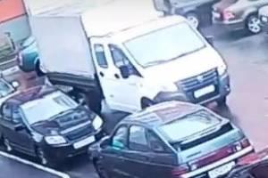 На улице Романа Брянского водитель Газели повредил авто и скрылся