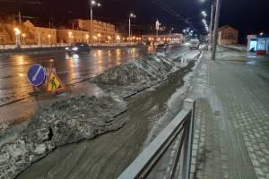 В центре Брянска тает снежный памятник безответственности дорожников