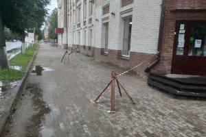 В Брянске центр Бежицы осыпается на головы прохожих кирпичами и штукатуркой