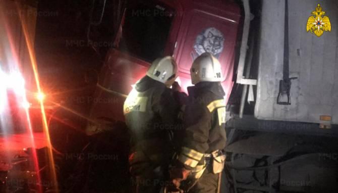 На трассе под Комаричами столкнулись ВАЗ и грузовик