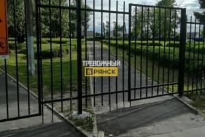 В брянском поселке закрыли на амбарный замок школу