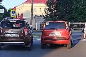 В Брянске сняли на видео автохама на Renault