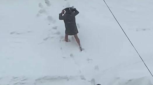 Бегающего в Брянске полуголого мужчину в фуражке сняли на видео в лютый холод