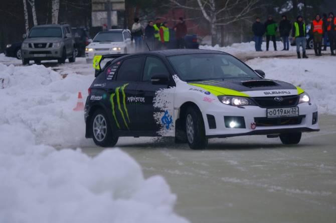 Под Брянском прошли автомобильные гонки на ледяной трассе