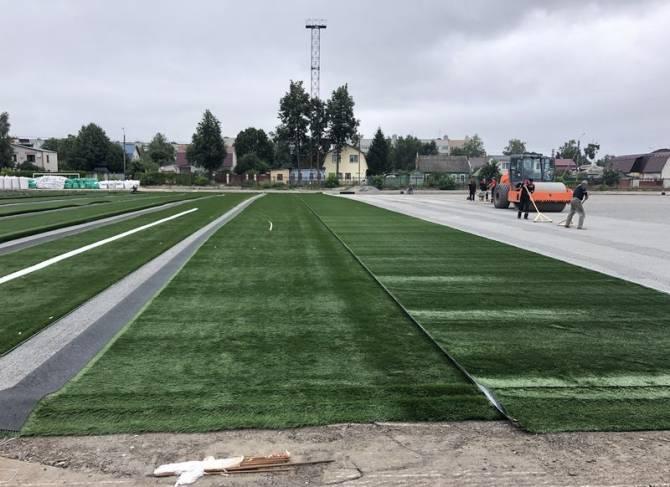 В Брянске на стадионе «Спартак» укладывают газон футбольного поля международного формата