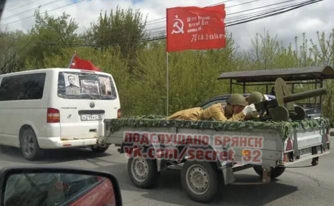 По Брянску прокатилась тачанка с пулемётом Максим
