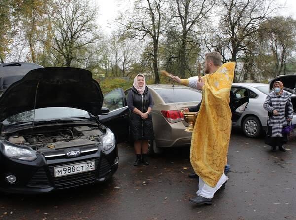 В Трубчевске освятили такси и автомобили горожан