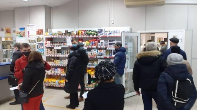 В Брянске сфотографировали огромную очередь на «Почте России»