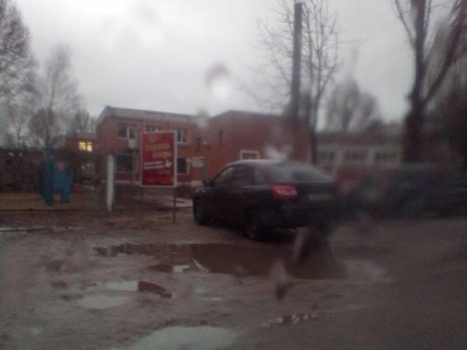 В Унече автохам на иномарке перекрыл вход в детский сад