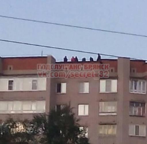 Брянская молодежь устроила вечеринку на крыше многоэтажки