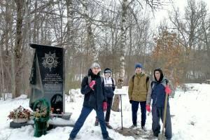 Под Брянском на Круглом озере установили табличку партизанам-комсомольцам
