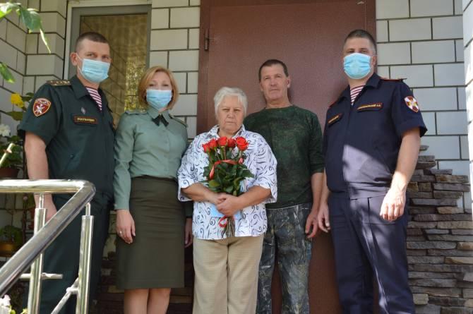 Брянские росгвардейцы поздравили мать Героя России Олега Визнюка