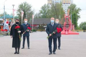 В Брянске градоначальники в масках отметили День Победы