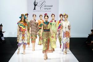 Брянские дизайнеры представил огненную Фриду на Неделе моды в Москве