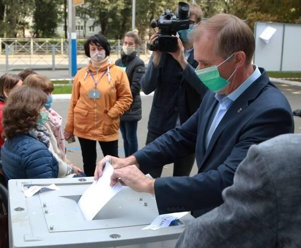 Мэр Брянска попозировал на камеру с бюллетенем в руках