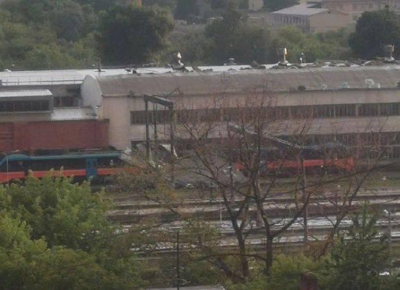 На вокзале Брянск-Орловский сорванная ураганом крыша раздавила автомотрису