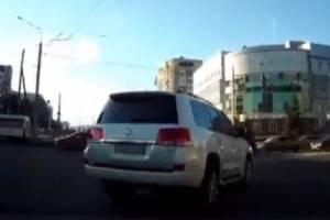 В Брянске водителя Land Cruiser с блатным номером 003 уличили в автохамстве