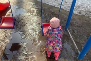 Детская площадка на Станке Димитрова в Брянске утонула в грязи