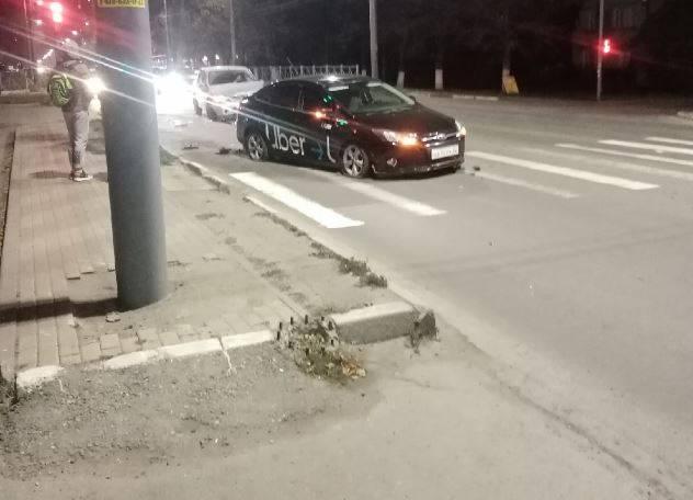 В Брянске такси Uber попало в аварию возле ТРЦ «Мельница»