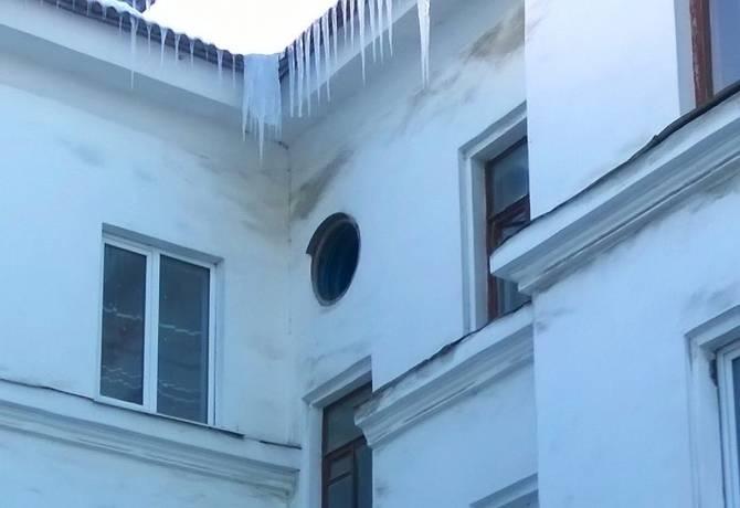 В Фокино над жителями трехэтажки нависла угроза