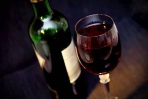 В Брянске работницу магазина оштрафовали за продажу вина подростку