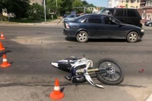 В Брянске в ДТП на Красноармейской байкер влетел в легковушку и сломал ногу