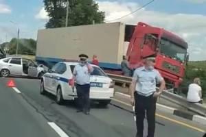 На брянской трассе фура с лопнувшим колесом смяла ВАЗ
