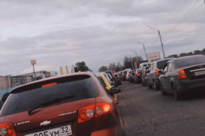 В Брянске на улице Речной образовалась огромная пробка