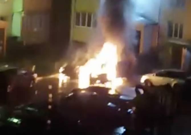 В Новозыбкове возле школы №6 сгорели два автомобиля