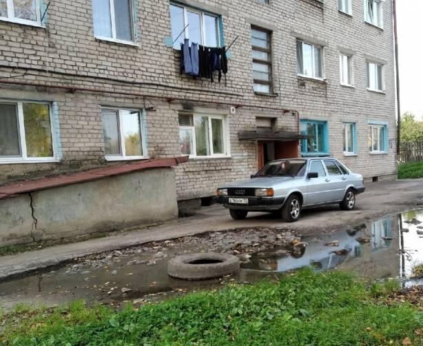 В Новозыбкове автохам заставил жильцов общежития шагать в лужу