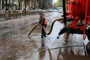 В Брянске огромную лужу на улице Куйбышева осушали спецтехникой
