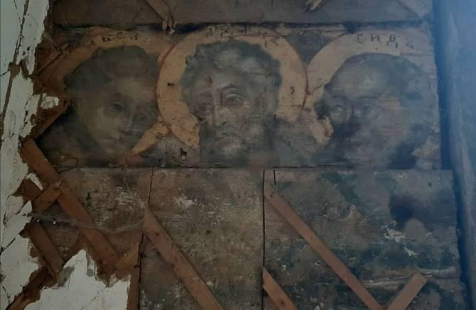 В брянском селе в заброшенном доме из-под штукатурки проявились святые лики