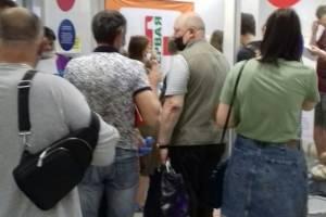 В брянском ТРЦ «БУМ-Сити» выстроилась очередь за вакциной от COVID-19
