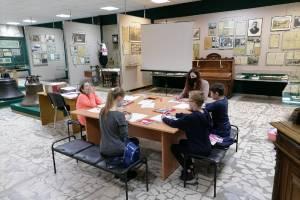 В центре Брянска юные археологи «нашли» артефакты древних людей