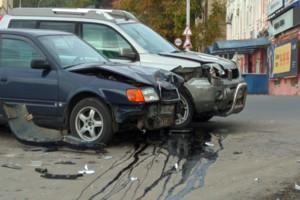В Брянске возле набережной разбили две иномарки: есть раненый